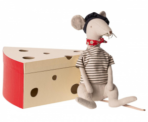 Bilde av Bamse - Cool rat in cheese box - Light grey fra Maileg